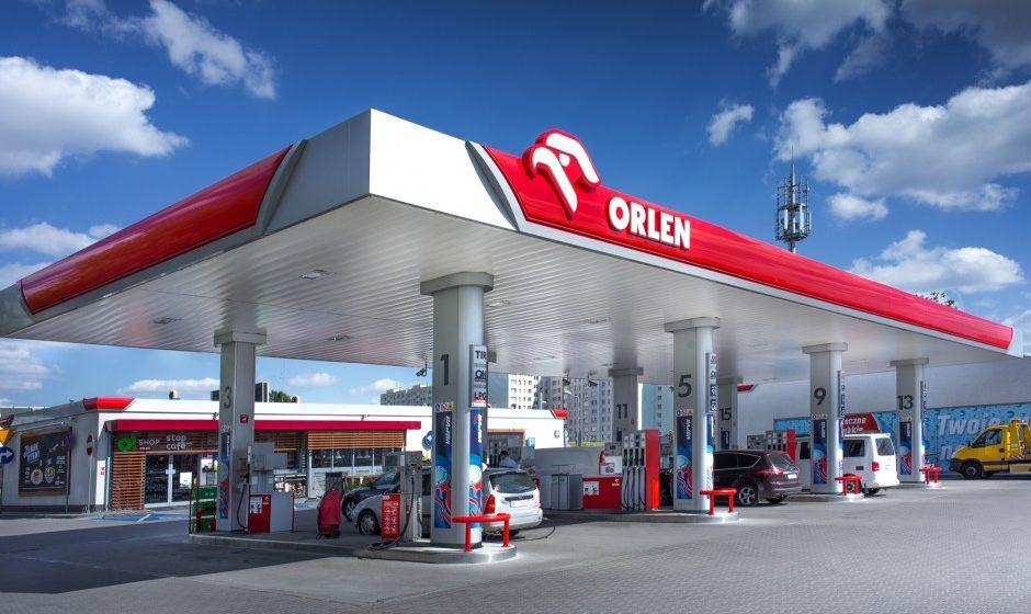 Čerpací stanice PKN Orlen s červenou atikou