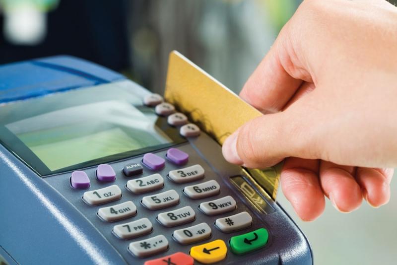 Platba platební kartou na stolním platebním terminálu